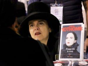 """Amélie Nothomb, dont le roman """"Soif"""" caracole en tête des meilleures ventes de livres depuis plusieurs semaines, est toujours en lice pour le prix Goncourt"""