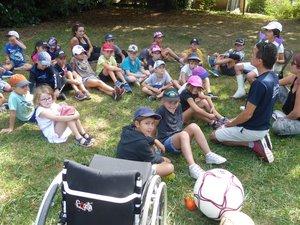 Xavier Cottel, membre du comité départemental handisports,est venu à la rencontre des enfants.