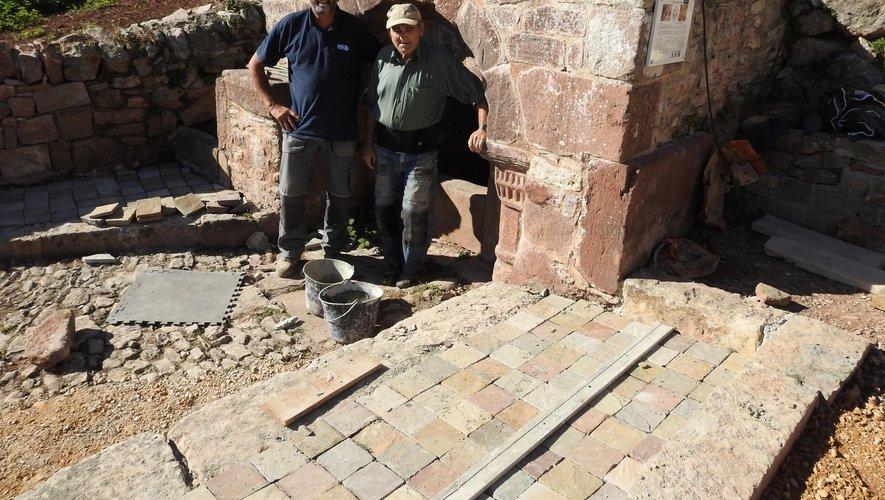 Le dallage de la fontaine de Cayssac est en cours de réalisation.