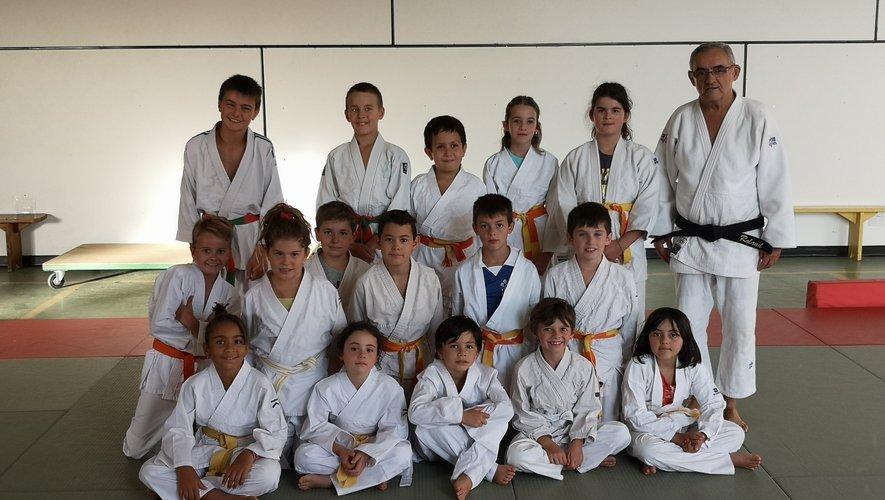 Les jeunes judokas avec leur professeur Roland Girbal.