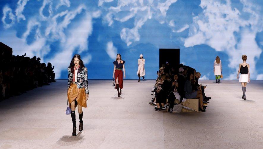 La maison Louis Vuitton a clôturé mardi la semaine de prêt-à-porter femme à Paris avec une collection mélangeant styles, couleurs et imprimés dans un hommage à la Belle époque.