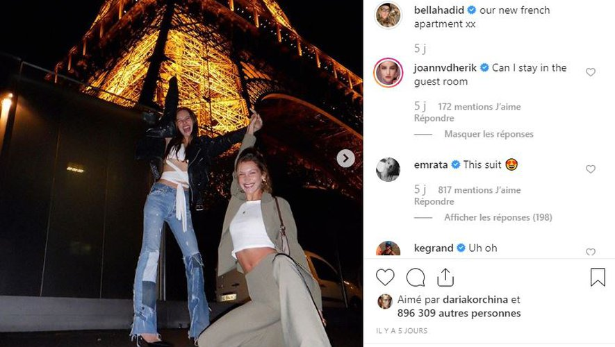 Bella Hadid prend la pose devant la tour Eiffel pendant la Fashion Week de Paris.