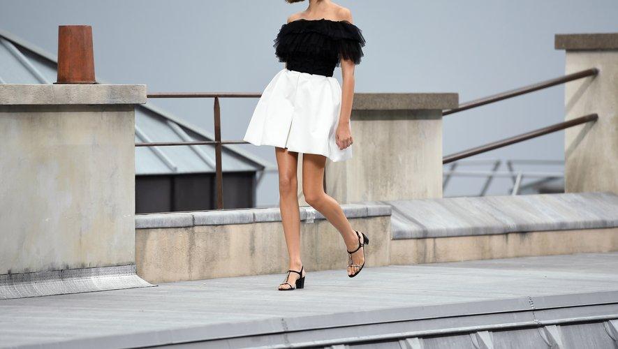 Sur les toits de Paris, les filles Chanel sont plus libres et modernes que jamais, arborant des tenues aériennes et légères. Paris, le 1er octobre 2019.