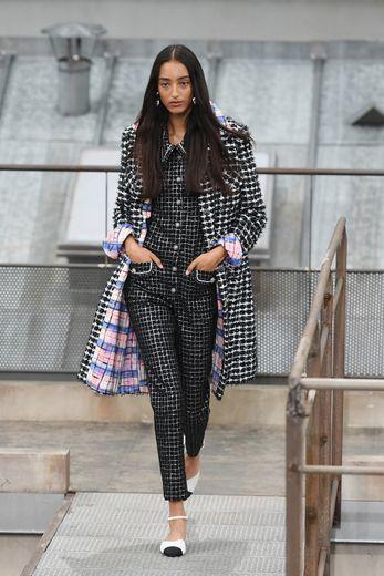 Chez Chanel, l'iconique veste droite en tweed se métamorphose en combishort ou combinaison pantalon, noir et blanc ou plus colorés. Paris, le 1er octobre 2019.