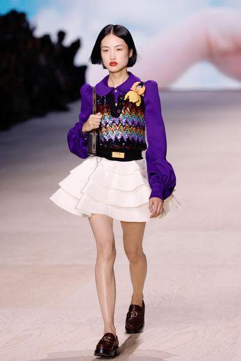 La féminité est à l'honneur chez Louis Vuitton, qui propose une collection légère et aérienne, avec une omniprésence d'imprimés, mais aussi des volants, des épaules tout en rondeurs, et de la couleur. Paris, le 1er octobre 2019.