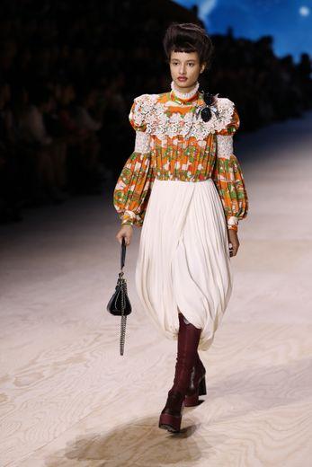 Les plissés, l'une des tendances observées cette saison, s'invitent sur quelques jupes et blouses semblant tout droit sorties d'une autre époque, toujours agrémentées de dentelle et de motifs en tout genre. Paris, le 1er octobre 2019.