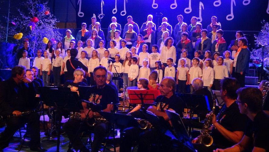 L'Harmonie d'Espalion, les enfants des écoles et les Chœurs de l'Aubrac.