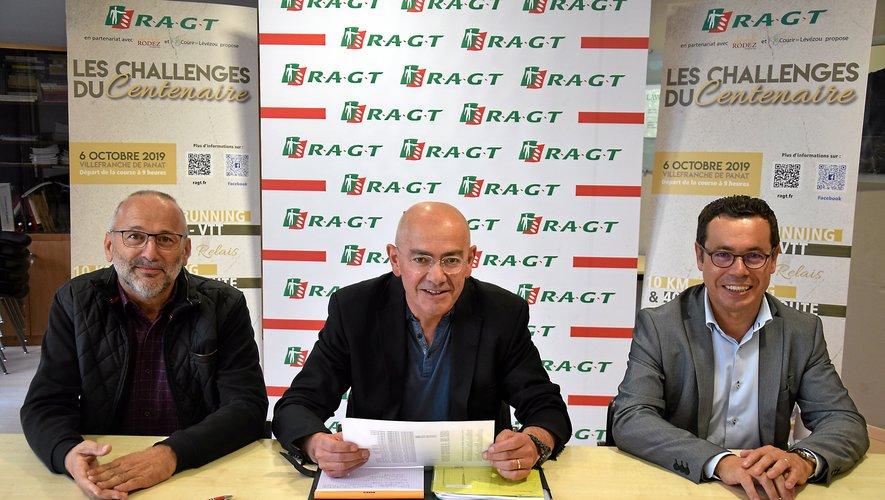 Gildas Moumas, membredu Directoire de la RAGT, entouré d'Yves Monteillet(à gauche) et de Victor Santos, présidents, respectivement,de Courir en Lévezou et du Vélo club de Rodez.