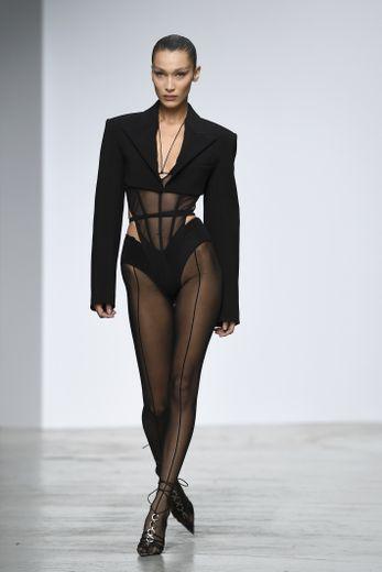 Bella Hadid a ouvert le défilé de la maison Mugler lors de la semaine de la mode parisienne. Le 25 septembre 2019.