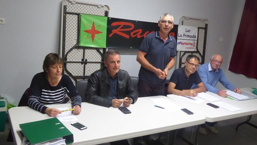 Les membres du bureau de Rando Évasion autour du maire Jean-Philippe Sadoul.