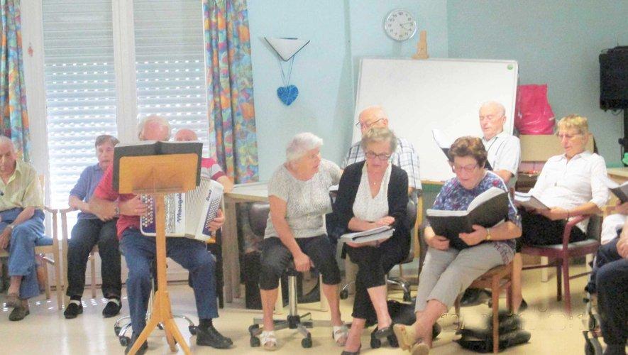 La chorale «aux choeurs des Ondes» est venue animer les anniversaires des résident de la Roussilhe