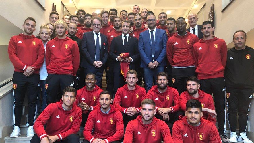Joueurs et dirigeants du Raf ont posé aux côtés d'Emmanuel Macron à la mairie de Rodez, jeudi.