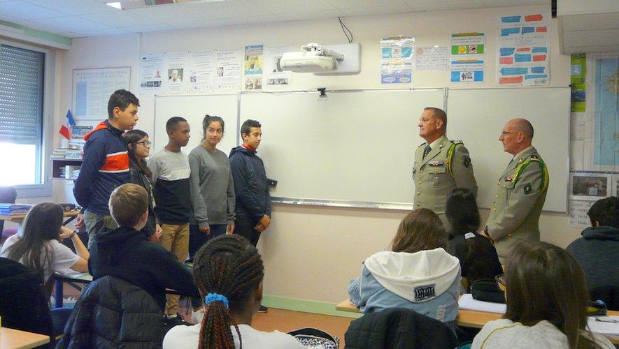 Cinq jeunes, au nomde la classe, ont accueilliles deux officiers