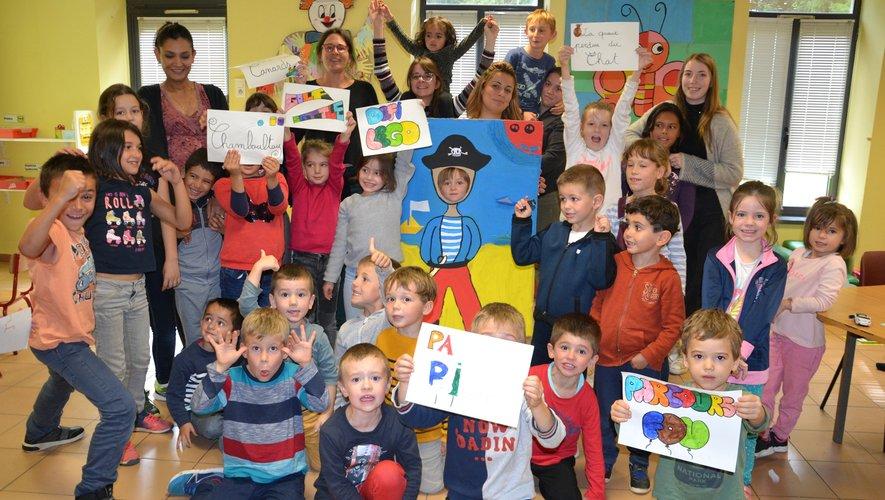 Passe tête et pancartes réalisées par les enfants pour la kermesse.