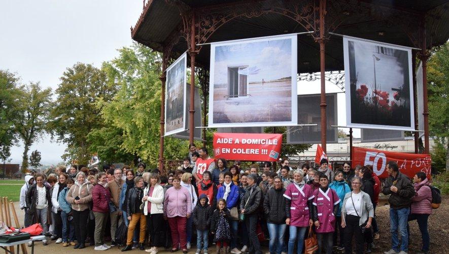 Une centaine d'aides à domicile se sont rassemblées, ce marin, au kiosque du jardin public de Rodez.