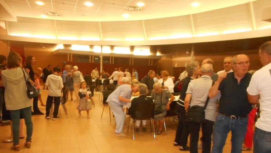 Les participants peu avant de passer à table.