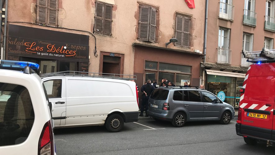 Police et pompiers ce lundi matin devant le 6, place d'Estaing à Rodez.