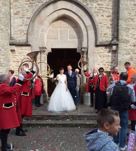 Les sonneurs de cor ont fait une haie d'honneur aux mariés et un petit clin d'œil à Fabien, passionné de chasse.