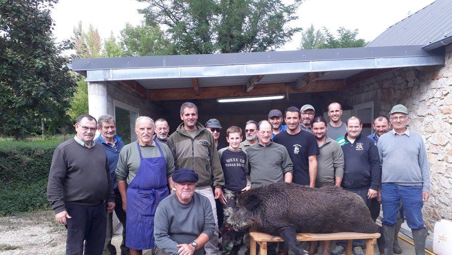 Les chasseurs abattent un imposant sanglier de 130 kilos