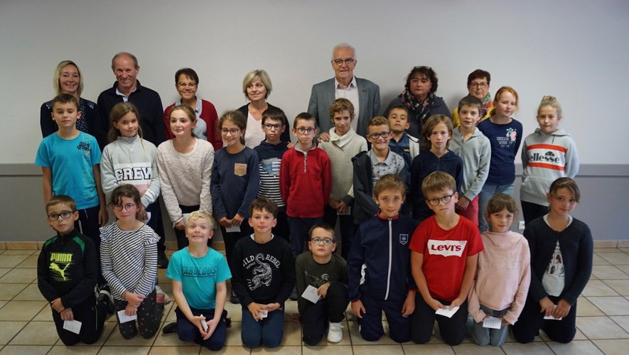 Les enfants élus au premier plan ; le maire et les conseillers au second plan.