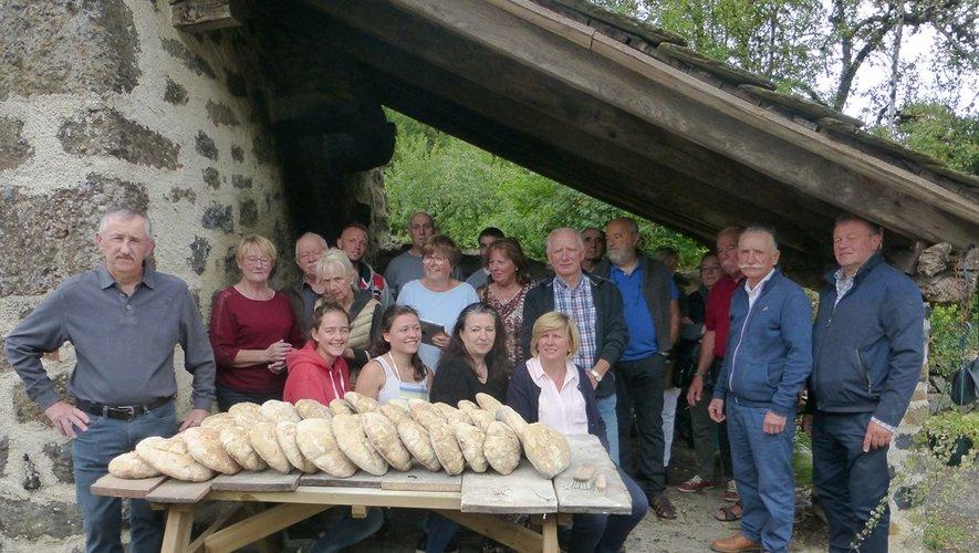 Les villageois réunis autour d'une belle fournée de pain.