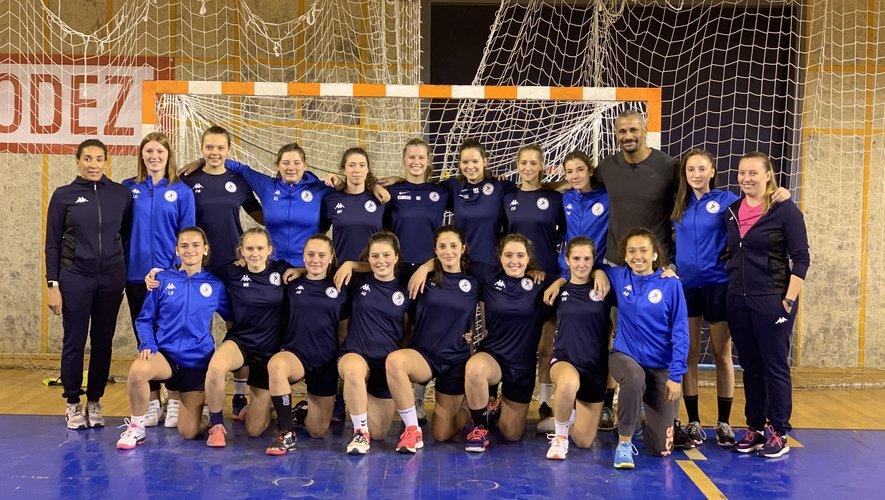 Didier Dinart avec l'équipe féminine de la section handball du lycée Monteil.