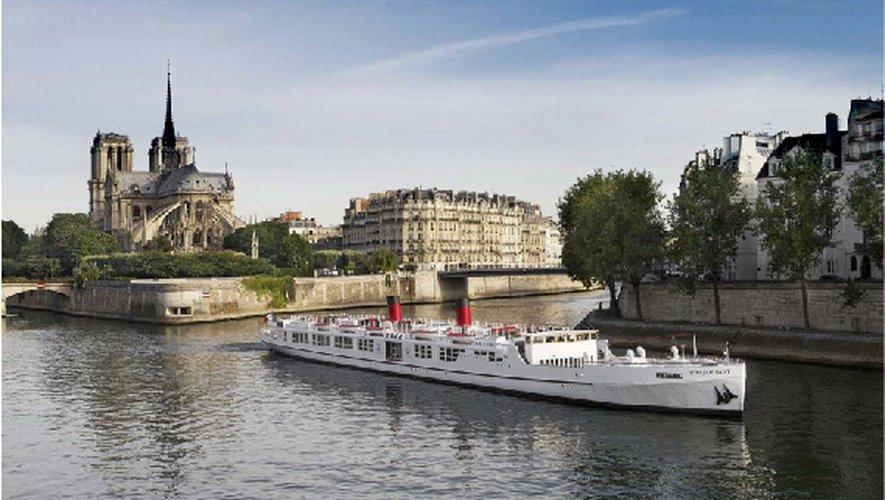 La péniche, ancrée quai Henri-IV, prête à accueillir 350 invités pour la mise en lumière de L'Aveyron à Paris.