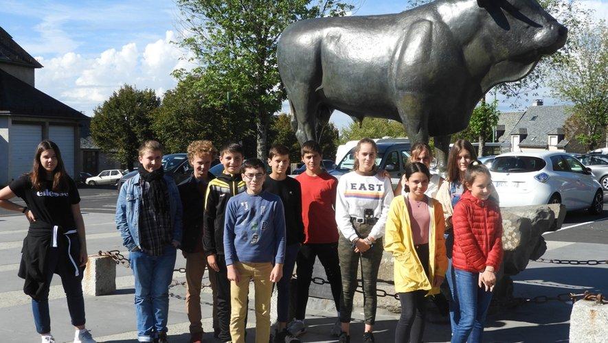 Les élèves devant le taureaude Laguiole.