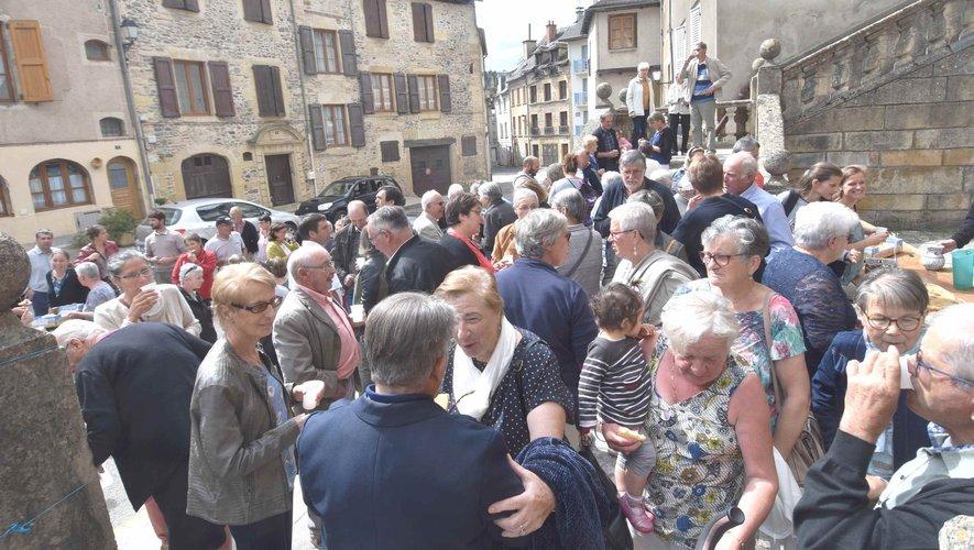 L' assistance au vin d'honneur du  jubilé de Soeur Marie-Jean