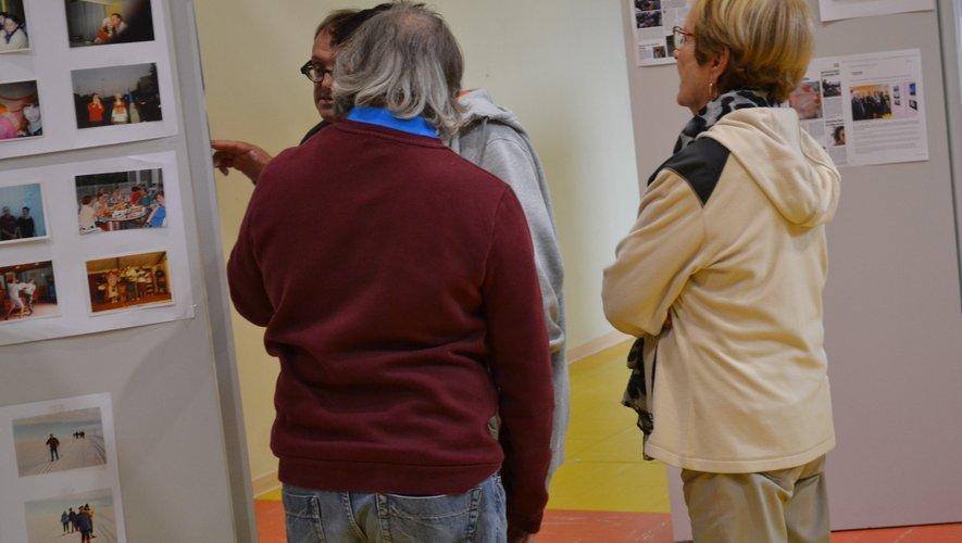 Les visiteurs découvrent l'exposition photo sur l'histoire du foyer.L. V.