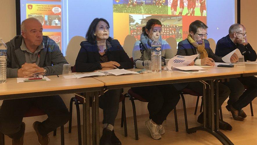 Annie Cluzel (2e à gauche) quitte la présidence de l'association du club, désormais occupée par Jean-Louis Carivenc (1er à gauche).