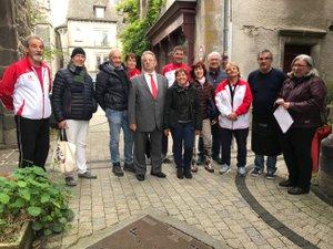 Rencontre impromptue entre les chanteurs monégasques et les pétanqueurs du Carladez à Mur-de-Barrez.