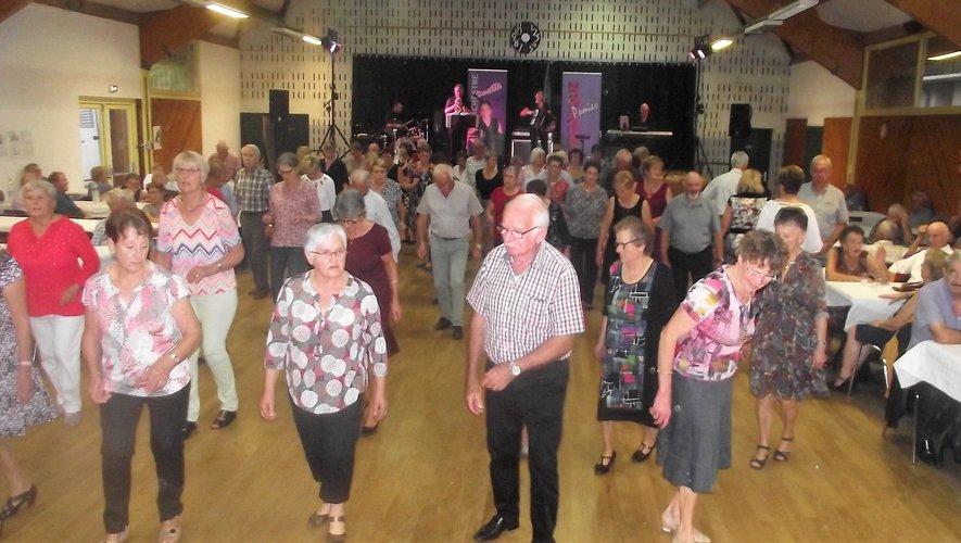 Plus de 200 danseurs pour le premier thé dansant de la saison.