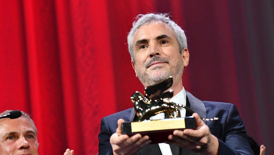 """Alfonso Cuarón reçoit son Lion d'or pour """"Roma"""" à la Mostra de Venise en 2018"""