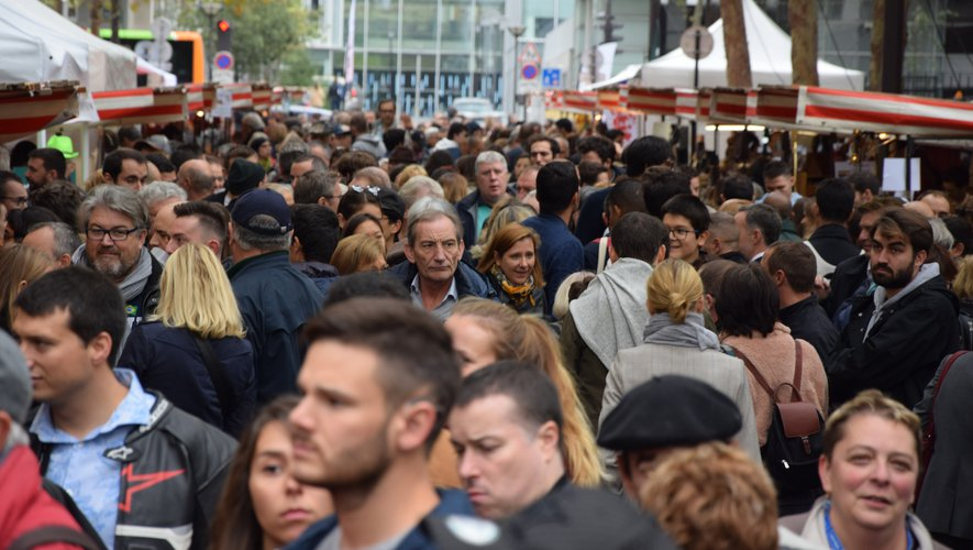 Rue de l'Aubrac, l'artère principale du marché, la foule au rendez-vous de la gastronomie, du folklore et des savoir-faire aveyronnais. AD