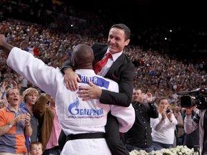 Benoît Campargue dans les bras de son poulain Teddy Riner.DR