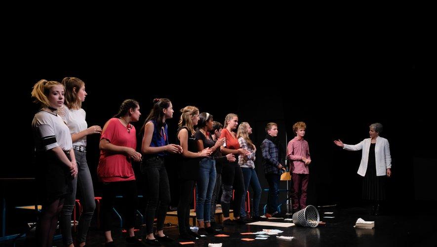 Chantal Aubert, à droite sur la photo, a présenté ses élèves en fin de spectacle.