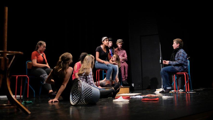 Les comédiens en herbe jouant « Classe terminale ».