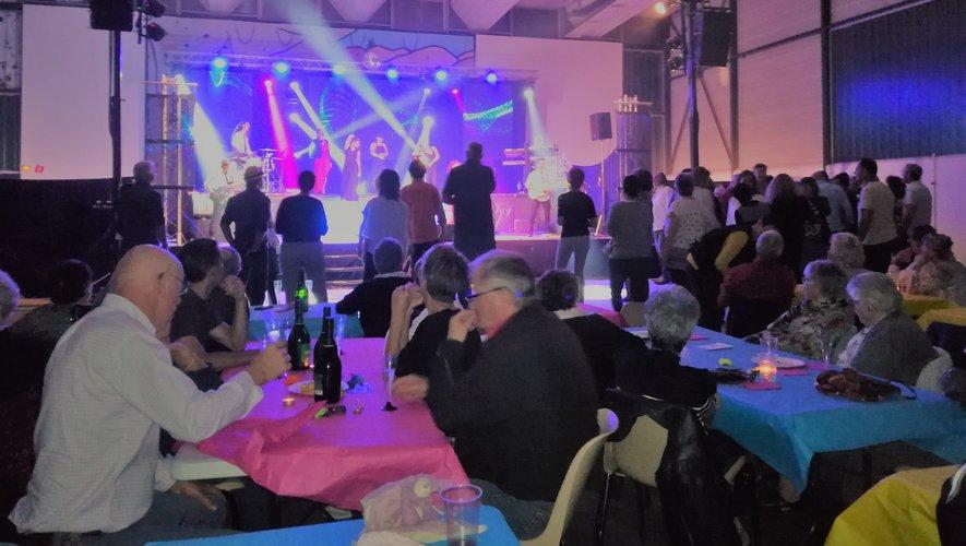 Une soirée entre amis autour d'une table ou sur la piste de danse devant l'orchestre Sahara.
