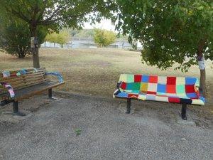 Un banc coloré près de l'axe routier à Fontvergnes.