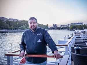 François Arnaud a beau savoir qu'il n'a « pas le pied marin », il avoue avoir pris  « beaucoup de plaisir » jeudi sur la péniche pour les Toqués d'Oc Paris.Didier Venom
