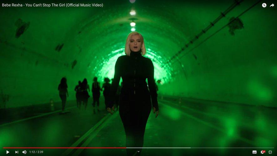 """Bebe Rexha dans le clip de """"You Can't Stop The Girl""""."""