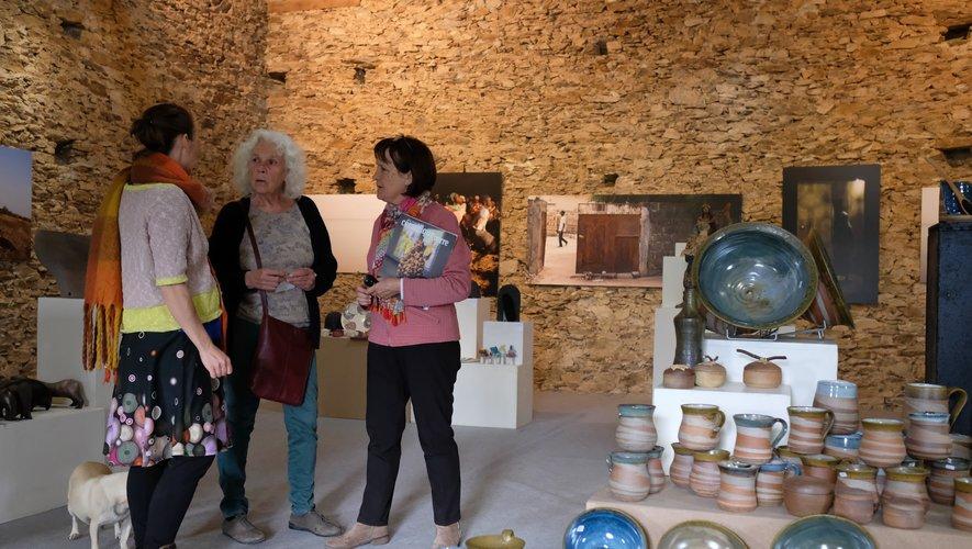 La grange de La Cabane : de gauche à droite, Claire Muller, Christine Prévost-Ricard, Christiane Phalip. Au premier plan, le travail de Tom Leveau.