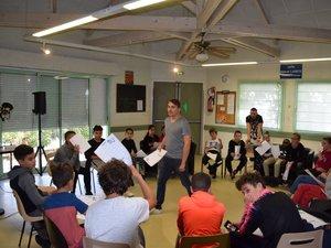 Le beatboxeur Alem en pleine session d'initiation avec les jeunes de Gourgan et Saint-Eloi.