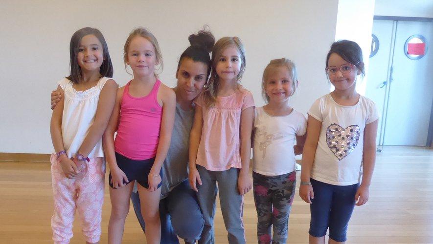 Linda Hannachi entouréede ses petits élèves.