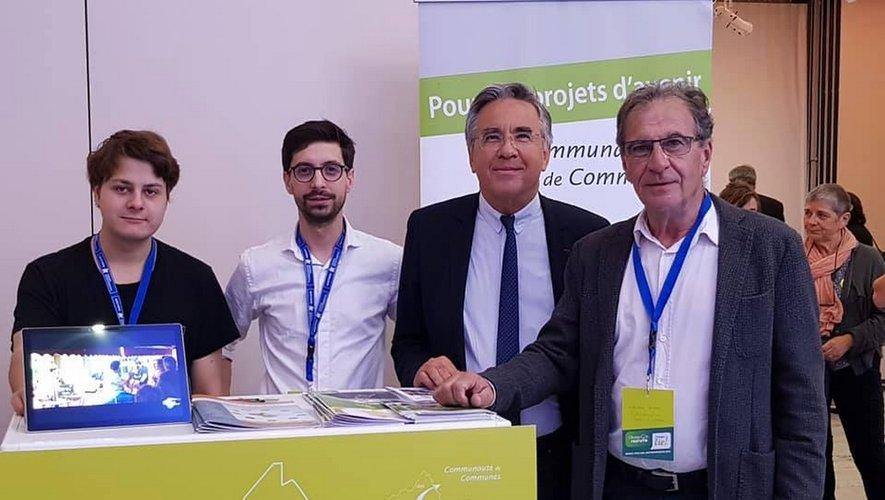 De gauche à droite : X. Orliange (stagiaire), F.  MaureL (développeur territorial), J.-F. Galliard, (pt du Conseil départemental de l'Aveyron),  J.-P. Peyrac, (pt de la CdC).