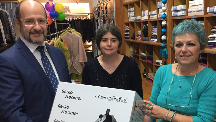 Éric Mertz, le président de la fédération nationale de l'habillement, a remis le premier prix de l'action « dressing du cœur » pour la région Occitanie à Nadine Gratacap du stand Pierre Cortes.