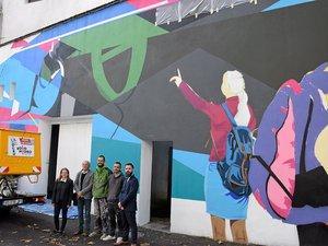 En lien avec le Siècle Soulages, les artistes du collectif Aéroson réalisent une fresque sur un mur du collège Fabre.