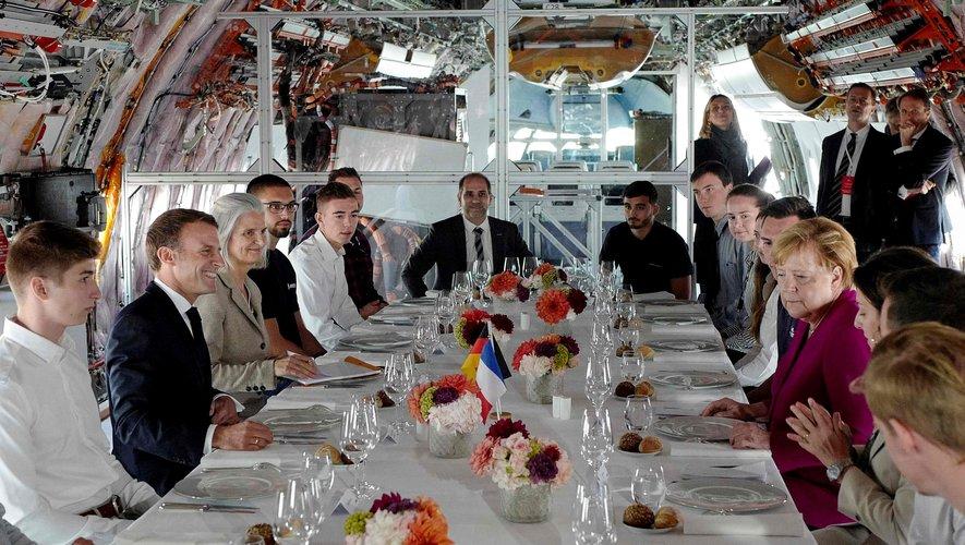 Kévin, en chemise blanche, troisième à la gauche du Président Macron.