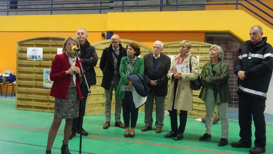 Annie Cazard, entourée d'élus officialise la journée.